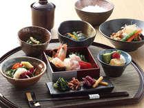 【ホテル1階レストラン 梅田璃泉】彩り豊かなランチ御膳は、週替わりの主菜が好評です。