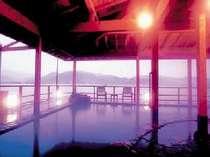 日本唯一の湖上の露天風呂。山陰八景の東郷湖の湖底から湧く源泉を100%掛け流し。(加水・加温なし)