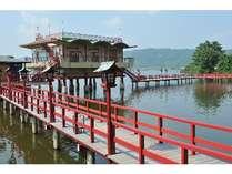 ★湯めぐり湖道★ 赤い桟橋をカランコロンと下駄の音を鳴らしてどうぞ