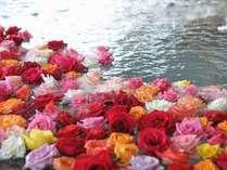 ☆湖上露天風呂☆【夕陽】平日の湖上露天風呂はバラ風呂で優雅な気分に♪(13時~23時女性限定)