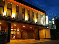 【別館の外観】フロントや大浴場のあるメインの館です。本館は参道を挟んだ向かいです