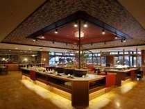 ■別邸レストラン「山餐(さんさん)亭」■ビュッフェ会場一例。メインダイニング「大地」