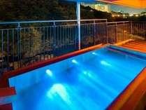 ■男子大浴場■   2012年リニューアルした露天風呂。渓谷を望む絶景露天風呂(男性大浴場)