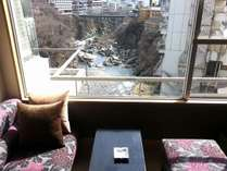 ■はんなり10畳タイプ■2015年3月リニューアルオープンの新客室。鬼怒川渓谷を望むカップルシート