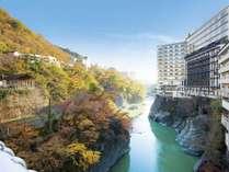 秋イメージ⑥ホテル外観(くろがね橋より撮影)※11月上旬~中旬