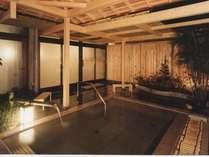 大浴場庭園露天風呂石風呂の画像