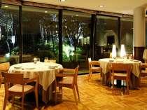 白樺林がライトアップされ、食事時間を華やかに彩ります。