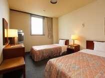 ツインルーム セミダブルサイズのベッド1台とシングルサイズのベッド1台です