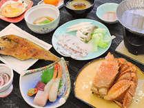 【夕食膳】毛ガニの半身がついたグレードアップ膳。