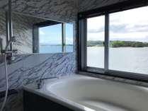 Rosso。大きな窓のある浴槽。開放的で羽地内海を一望できます。