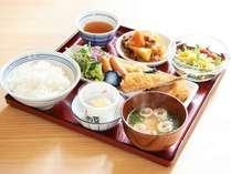 お盆にお好きな料理の小皿を載せてお召し上がりくださいませ。