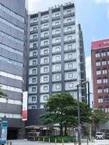 南海線なんば駅から高島屋を出ますと交差点向かいに当ホテルを見ることができます。