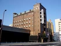 ホテル外観。駅前通に面し高知駅より徒歩3分の便利な立地。