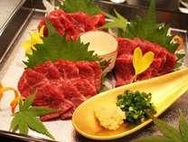 熊本名物「馬刺し」は低カロリーで高タンパク質!鉄分も豊富でとってもヘルシーです。
