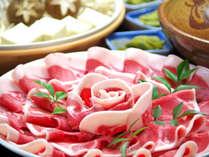 出汁は、当館オリジナルのブレンドの味噌味。猪肉に合わせて調合する秘伝の味です。
