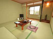 【本館 和室】床暖房完備で、寒い冬もぬくぬく。お部屋からは篠山の山並みが望めます。