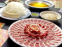 黄金の出汁!お肉から良い出汁が出て、〆のお蕎麦まで楽しめる!たっぷり白髪ネギと、自家製つみれ