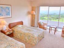 【ツインルーム】32.7平米のツインルーム。窓からは紫尾山を中心とした北薩摩の大自然を一望。
