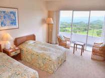 【スタンダードツインルーム】32.7平米のツインルーム。窓からは紫尾山を中心とした北薩摩の大自然を一望。