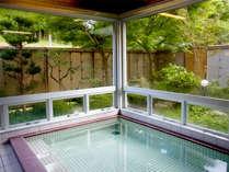 【大浴場】この地域では珍しい炭酸水素塩冷鉱泉で、温泉法基準の5~6倍の効能がございます。