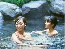 山裾の千ヶ滝(せんがたき)温泉の露天風呂につかる優しいひととき。