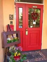 ひっそりと隠れ家的佇まい。インスタ映えする真っ赤な扉が目印です♪