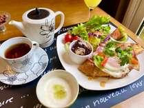 日替わり朝食、ベーコンエッグが乗ったフレンチトースト♪