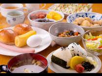 朝食サービス おにぎりにお味噌汁など、お食事はお部屋でゆっくりも◎