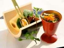 季節の前菜…料理は全8品。地元の素材を活かし洗練された食事
