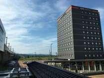 上越妙高駅東口より徒歩1分にございます。
