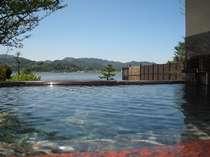 まるで湖に浸かっているような錯覚になりますよ。これは、ひとり占めできるかも。贅沢なひととき。