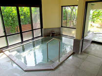 *【御影石の内湯】露天風呂も付いております。24h源泉かけ流しのお湯をお愉しみいただけます。