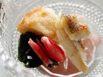 *【夕食一例】季節の旬を大切に…調理師が真心こめてお作りします。