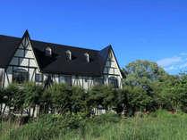 【外観】当館は、自然豊かで四季折々の風景が楽しめる裏磐梯にあります。