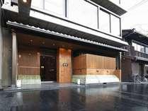 日本で初めて市電が走った木屋町通に面した玄関