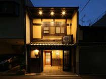 京町屋の風情漂う夜のレジステイ姉小路です。
