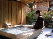 お客様サロンに併設した「足湯」に浸かり、のんびり~寛いでください。