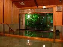 源泉掛け流しの貸切風呂「つるの巣」は、定員6名45分3,150円となっており、事前予約制となります。