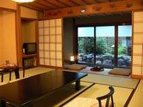 客室一例「つるの間」本格数寄屋造りの趣きは、すべてが異なるお部屋となっております。