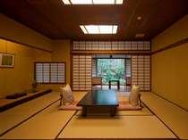 客室一例「吉兆の間」本格数寄屋造りの趣きは、すべてが異なるお部屋となっております。