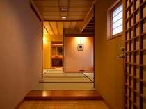 客室一例「白山の間、踏込」本格数寄屋造りの趣きは、すべてが異なるお部屋となっております。