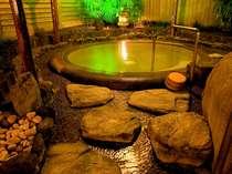 源泉掛け流しの湯量豊富な大浴場「芦の湯」露天風呂です。