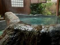 かけ流しの客室露天風呂の一例・大きな岩をくり抜いた浴槽