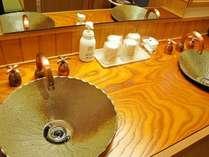 客室一例「つるの間」は越前焼陶器の洗面台で設えており、お二人様ご一緒にご使用になれます。