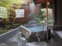 準特別室「観月の間」は温泉掛け流しの露天風呂があります。