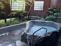 準特別室「観月の間」源泉掛け流しの露天風呂は、手すりを付けてご入浴に安心です。
