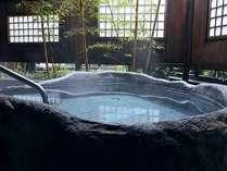 準特別室「観月の間」源泉掛け流しの露天風呂。一枚岩をくり抜いた見事な湯船です。