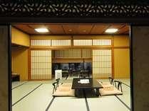 客室一例:風情漂う欄間があるお部屋の様子です。