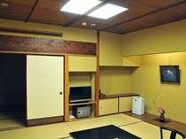 客室一例「春日の間」風情漂う欄間があるお部屋の様子です。