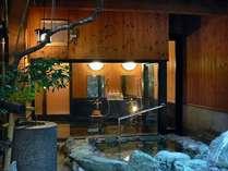 数寄屋の匠、平田雅哉氏による気概とセンスが息づく、源泉掛け流しの露天風呂・内風呂特別室「大観」です。